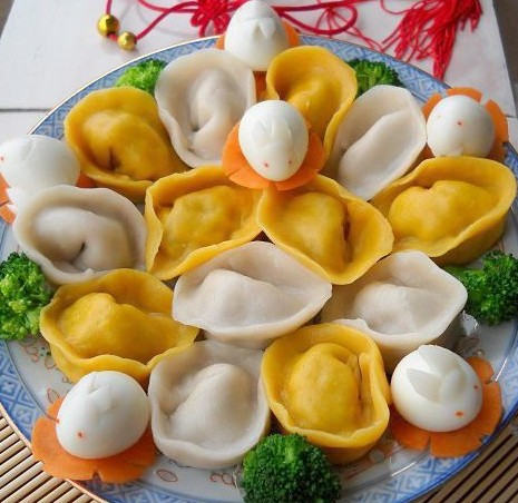 金银两种颜色的元宝饺子